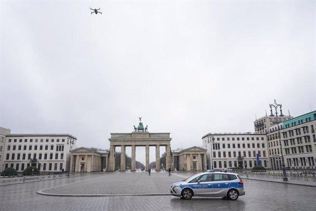 Un coche de la Policía alemana frente a la Puerta de Brandeburgo