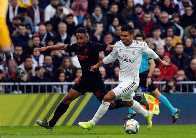 Fernando pelea con Casemiro durante el Real Madrid-Sevilla de LaLiga Santander 2019-2020