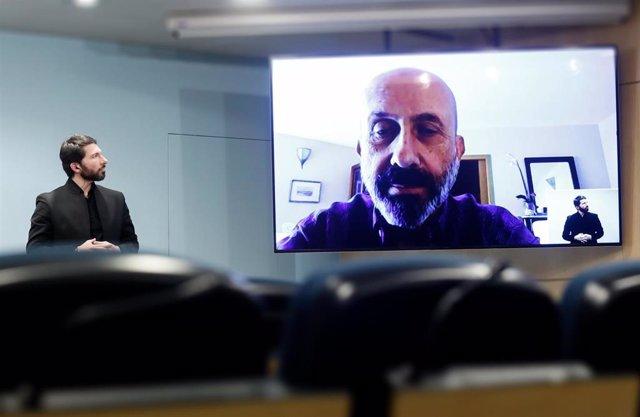 David Jiménez interpreta con lenguage de signos en la sala de prensa del Gobierno la comparecencia que el ministro de Salud, Joan Martínez Benazet, ha hecho desde su domicilio donde se encuentra en aislamiento.