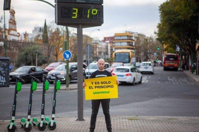 Imágenes de Greenpeace con un termómetro de Sevilla marcando 31 grados en marzo