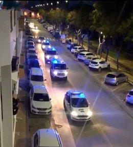 Imagen de coches patrulla de la Policía Local de Lepe haciendo sonar sus sirenas durante los aplausos a los sanitarios por la pandemia del coronavirus