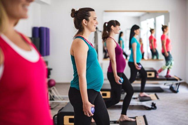 Embarazada haciendo ejercicio
