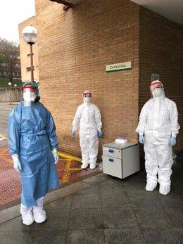 Los trabajadores que analizan las muestras de Covid-19 en la Universidad Complutense se someten al test