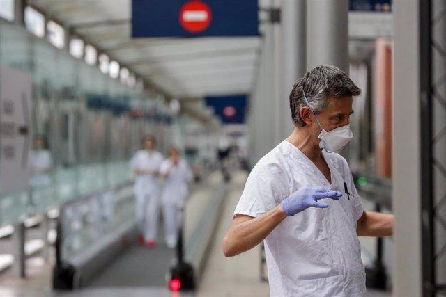 Sanitario protegido con una mascarilla y guantes de protección en el Hospital temporal de la Comunidad de Madrid habilitado en IFEMA para pacientes con coronavirus, en Madrid (España) a 31 de marzo de 2020.