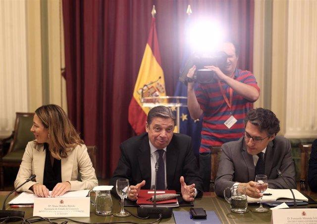 (I-D) La secretaria de Estado de Comercio, Xiana Méndez, el ministro de Agricultura, Pesca y Alimentación en funciones, Luis Planas y el secretario general de Agricultura y Alimentación, Fernando Miranda