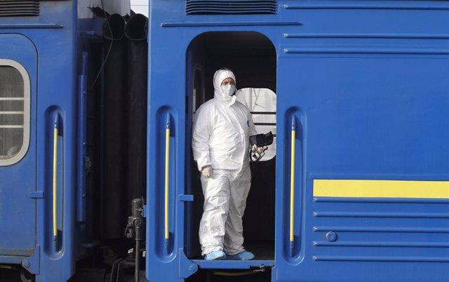 Un funcionario médico comprueba uno de los vagones en los que han sido trasladados ciudadanos ucranianos desde Rusia a Kiev.