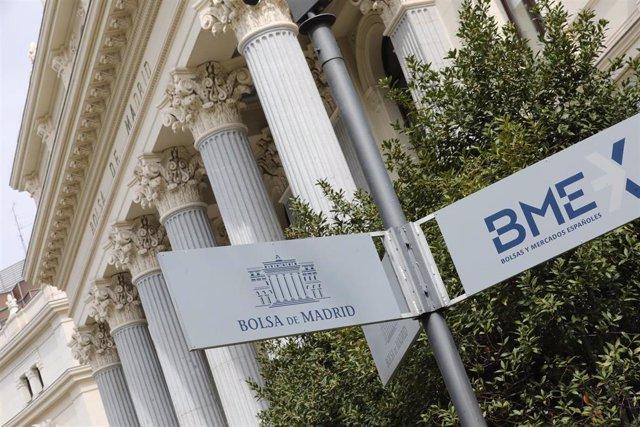 Cartel colocado en las inmediaciones del edificio de La Bolsa de Madrid en Madrid (España), a 27 de marzo de 2020.