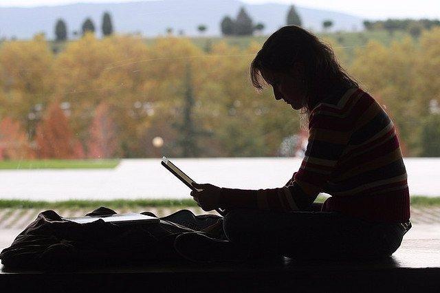Una estudiante, usando un ordenador.