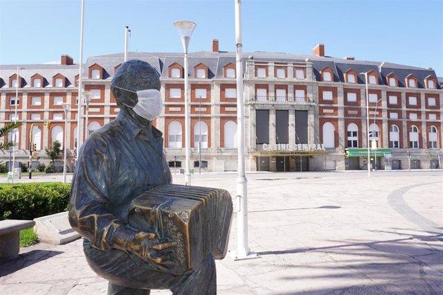Estatua del músico Astor Piazzolla en Mar del Plata, Argentina