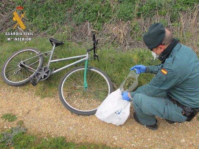 Imagen de la bolsa con la droga incautada al ciclista que se saltó el confinamiento en Villamuriel.