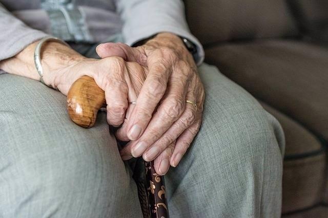 Imagen de archivo de unas manos de anciano.