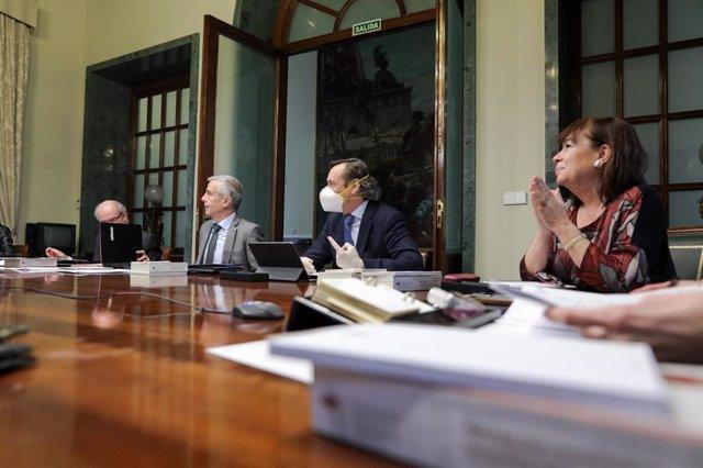 El secretario segundo del Senado, Rafael Hernando (2d, con mascarilla) y la vicepresidenta primera del Senado, Cristina Narbona (1d) durante la Mesa del Senado,  el 17 de marzo de 2020.