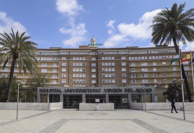 Fachada del Hospital Universitario Virgen del Rocío al final de la segunda semana del estado de alarma por coronavirus, Covid-19. En Sevilla, (Andalucía, España), a 27 de marzo de 2020.