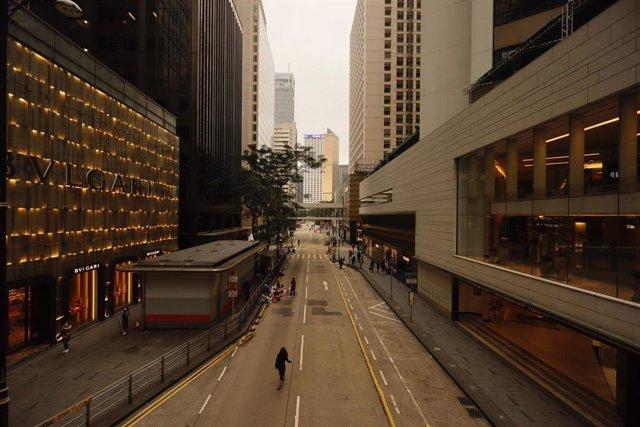 Una calle de Hong Kong durante las medidas de restricción impuestas por el coronavirus.