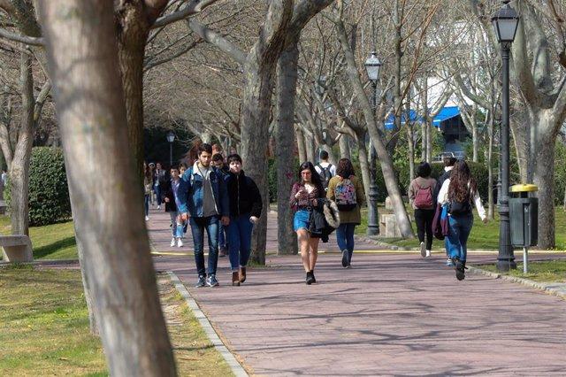 Estudiantes pasean en el campus de la Universidad Autónoma de Madrid el pasado 11 de marzo, antes de la suspensión de las clases por coronavirus.