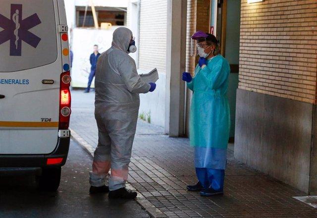 Después del aplauso enHospital Virgen del Rocío, llega una ambulancia con un enfermo  en Sevilla a 02 de abril 2020
