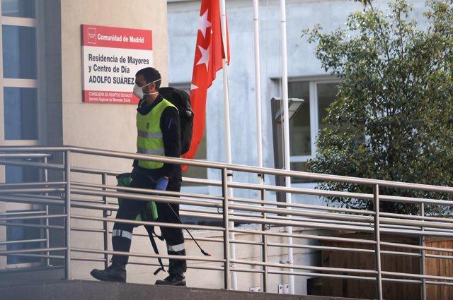 Un militar de la UME protegido con mascarilla y con el material desinfectante necesario se dirige a la puerta de la residencia de ancianos Adolfo Suárez donde llevará a cabo tareas de desinfección.