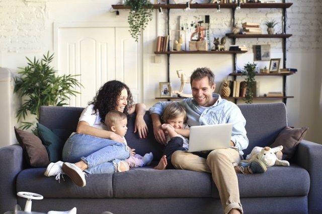 Una familia utilizando un ordenador portátil