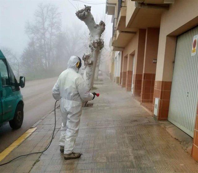 Imágenes de la Brigada Municipal de Limpieza Viaria del Ayuntamiento de Alcañiz efectuando labores de desinfección contra Covid-19.