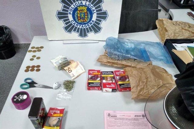 Droga, billetes y utensilios intervenidos por la Policía Local
