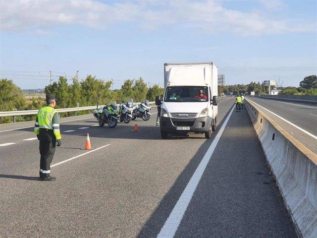 Un control de la Guardia Civil en uno de los accesos a Puerto Real