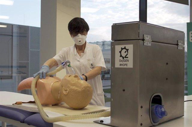 Imagen de una prueba de los respiradores producidos por Seat.
