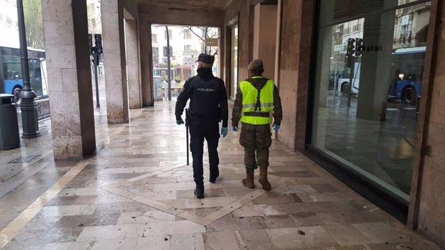 Un policía nacional y un efectivo del Ejército patrullan por Jaime III, en Palma, durante el estado de alarma.