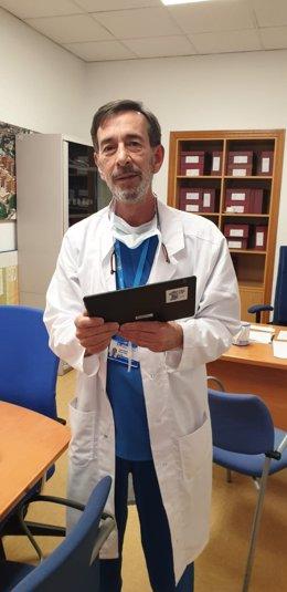 Foto 1. El Dr. José Ramón Núñez del Hospital Clínico de Madrid con una de las tablets donadas por Juegaterapia'