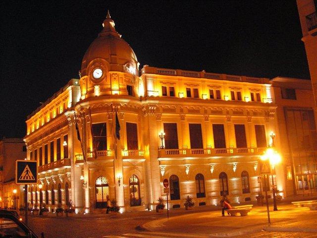 Vista exterior noctura del Palacio de la Asamblea de Ceuta iluminado
