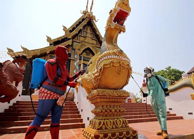 Labores de limpieza en un templo de Bangkok