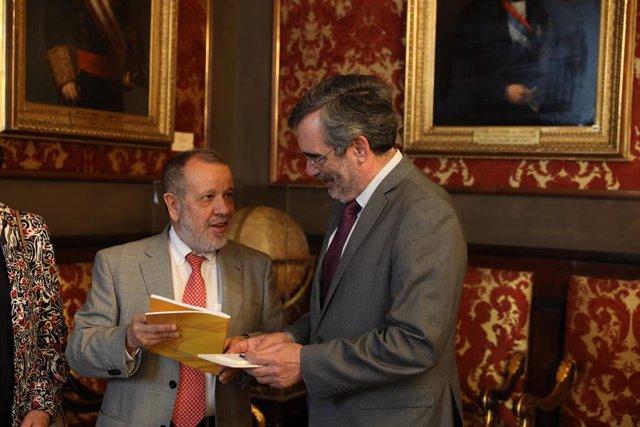 El presidente del Senado, Manuel Cruz (d), recibe en el Senado al Defensor del Pueblo en funciones, Francisco Fernández Marugán (i), que le hace entrega del informe anual de su institución.