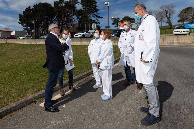 El consejero de Sanidad, Miguel Rodríguez, con profesionales del Hospital de Liencres