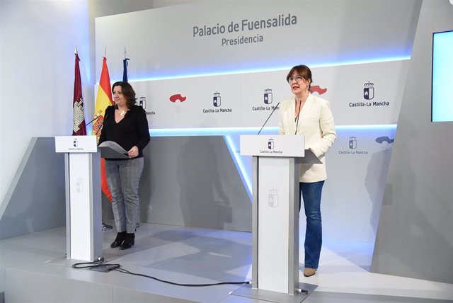 La portavoz del Gobierno de C-LM, Blanca Fernández, y la consejera de Economía, Empresas y Empleo, Patricia Franco, en rueda de prensa