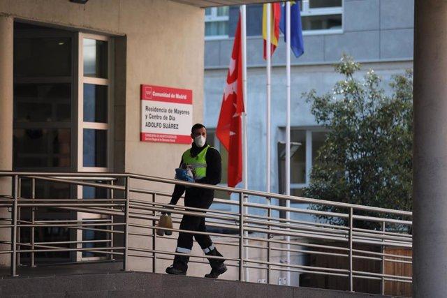 Un militar de la UME protegido con mascarilla y con el material desinfectante necesario se dirige a la puerta de la residencia de ancianos Adolfo Suárez