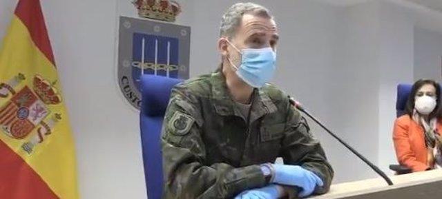 Rey Felipe con mascarilla, guantes, guardando distancias vestido uniforme de ejército