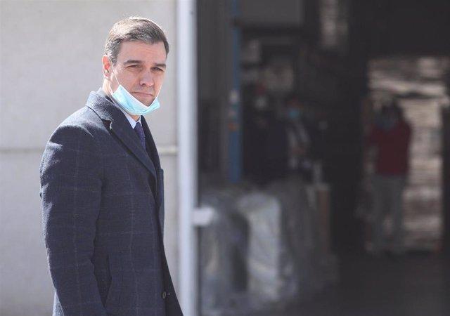 El presidente del gobierno, Pedro Sánchez, protegido con mascarilla durante la visita que ha realizado a las instalaciones interiores de la empresa Hersill