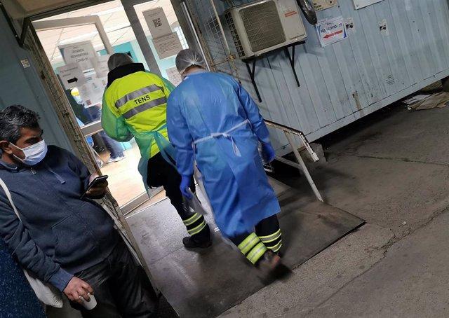 Trabajadores sanitarios en un hospital de Santiago de Chile