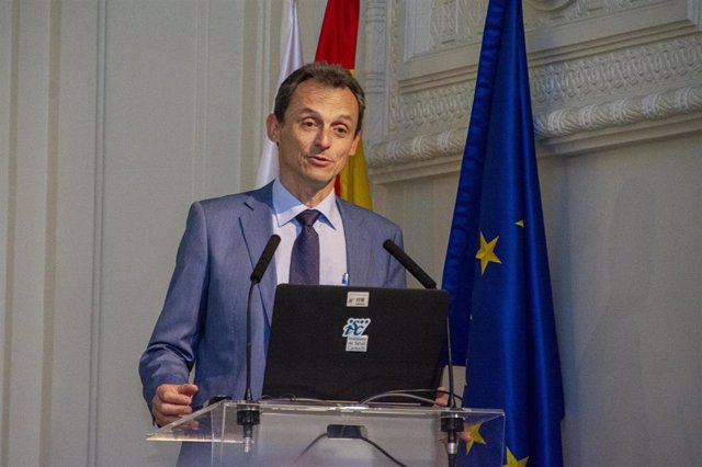 El ministro de Ciencia, Pedro Duque, durante su intervención en el Instituto de Salud Carlos III (ISCIII)
