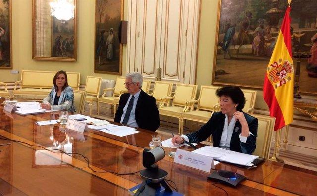 La secretaria general de Formación Profesional, Clara Sanz, el secretario de Estado de Educación, Alejandro Tiana, y la ministra Isabel Celaá, durante la Conferencia Sectorial telemática del 25 de marzo.