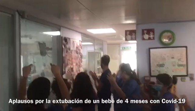 Aplausos de los sanitarios por extubación de un bebé de 4 meses con COVID-19 en Malaga