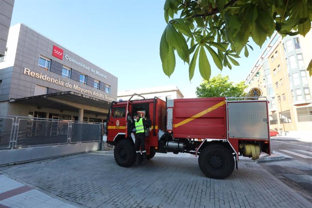 Llegada del camión de la Unidad Militar de Emergencias (UME) a las inmediaciones de la residencia de ancianos Adolfo Suárez donde los efectivos llevarán a cabo tareas de desinfección para evitar la propagación del coronavirus en los centros de mayores .