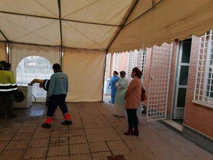 El Ayuntamiento de La Carlota (Córdoba) instala una carpa para desinfectar uniformes y material sanitario