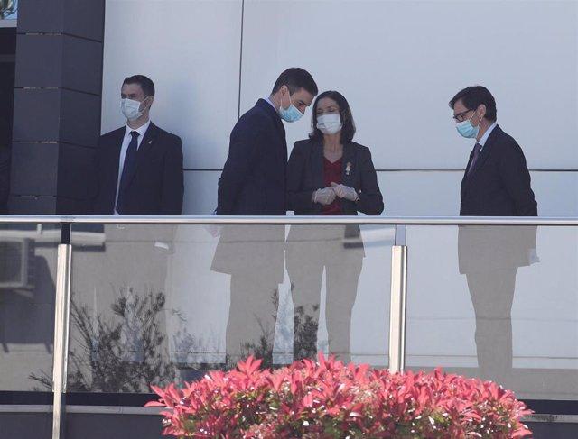 (I-D) El presidente del gobierno, Pedro Sánchez, acompañado entre otros por la ministra de Industria y Comercio, Reyes Maroto, y el ministro de Sanidad, Salvador Illa,