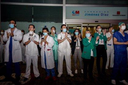 Los aplausos a sanitarios y profesionales de servicios básicos cumplen tres semanas sin perder intensidad