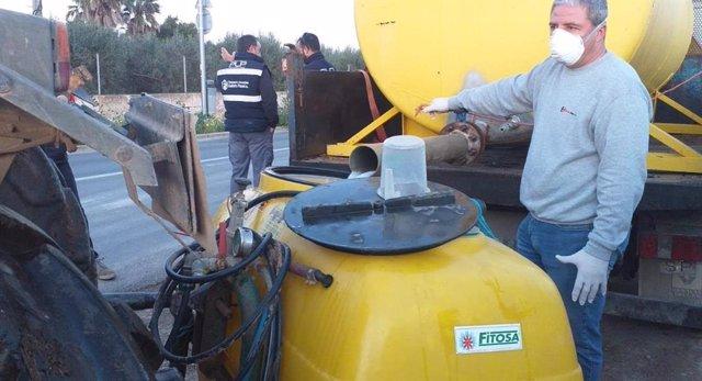 Doce payeses voluntarios realizan tareas de desinfección en Sant Jordi con la colaboración de Emaya.