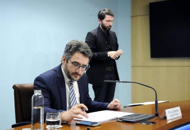 El ministro portavoz de Andorra, Eric Jover, y el intérprete del lenguage de los signos, David Jiménez, en rueda de prensa sobre el coronavirus