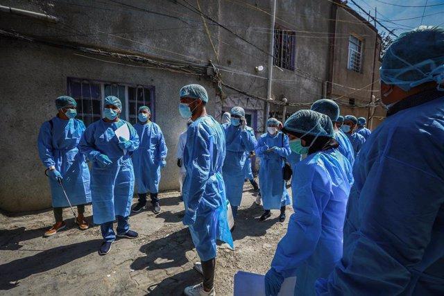 Médicos de Irak durante una campaña para realizar pruebas sobre el coronavirus
