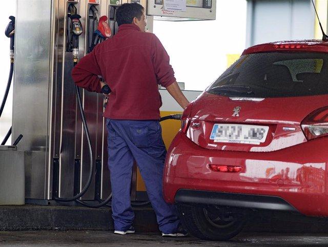 Un hombre reposta carburante en una estación de servicio