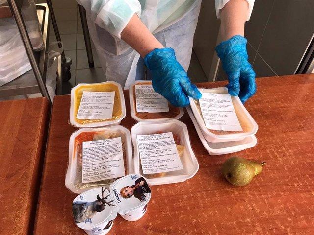 Entrega de comida a los becados del comedor escolar en Talavera