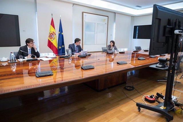 (I-D) El ministro de Sanidad, Salvador Illa, el presidente del Gobierno, Pedro Sánchez, y la directora adjunta del Centro de Coordinación de Alertas y Emergencias Sanitarias (CCAES), María José Sierra,